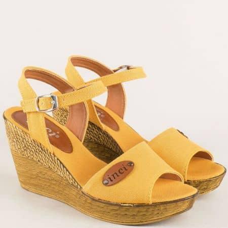 Модерни дамски сандали в жълто на комфортна и стабилна платформа 020617j