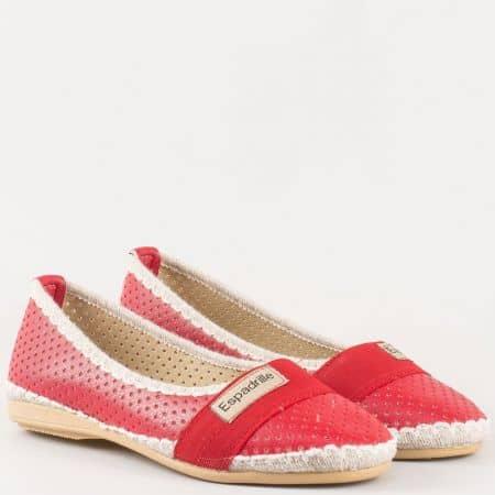 Перфорирани дамски обувки, тип еспадрила с ластик в червен цвят 050316chv