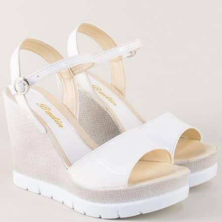 Бели дамски сандали на висока и стабилна платформа  1024lb