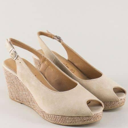 Дамски сандали от бежов естествен велур на клин ходило 129303vbj
