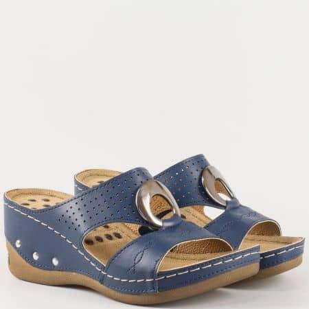 Анатомични и шити дамски чехли на платформа- Jump в син цвят с метален орнамент и перфорация 13360s