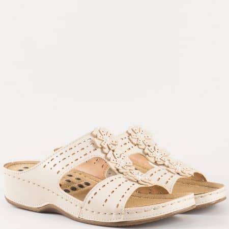 Анатомични дамски чехли с перфорация в бежов цвят на платформа-  Jump  13365bj