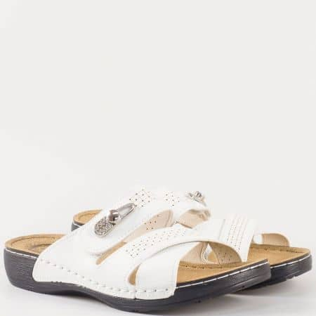 Бели дамски чехли с лепка и метален орнамент на шито анатомично ходило- Jump 13380b