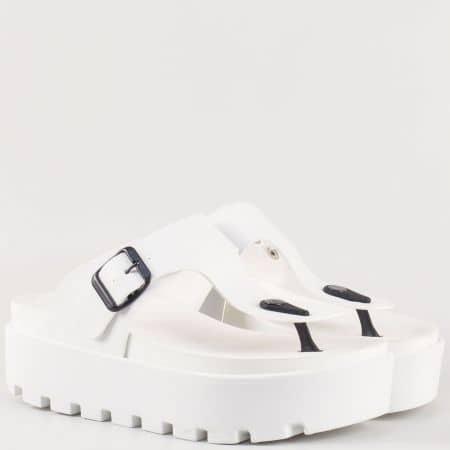 Актуални дамски чехли на грайферна платформа с лента между пръстите и катарама- Jump в бяло 13536b