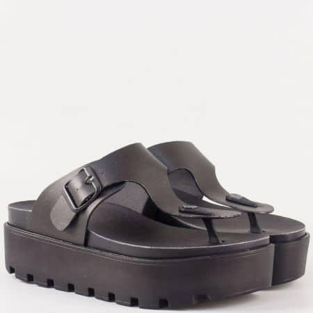 Дамски ежедневни чехли на актуална грайферна платформа с лента между пръстите и катарама- Jump в черен цвят  13536ch