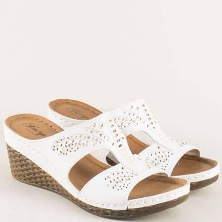 Бели дамски чехли на комфортно клин ходило и перфорация 14781b