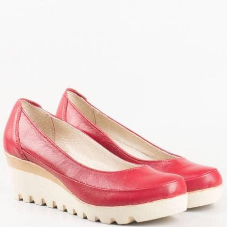 Комфортни дамски обувки с удобна платформа, българско производство в червен цвят 16915431chv