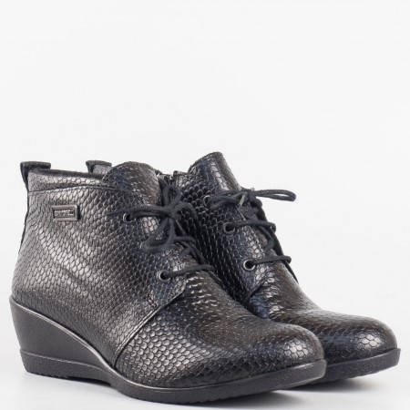 Дамски комфортни боти изработени от висококачествена естествена кожа със змийски принт на български производител в черен цвят 17017022zch