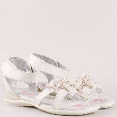 Детски комфортни сандали на меко ходило с велкро лента и цветя на български производител в бяло 182219-35b