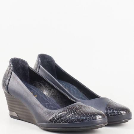 Дамски ежедневни обувки изработени от 100% естествена кожа и лак с ортопедична стелка в син цвят. 205102s