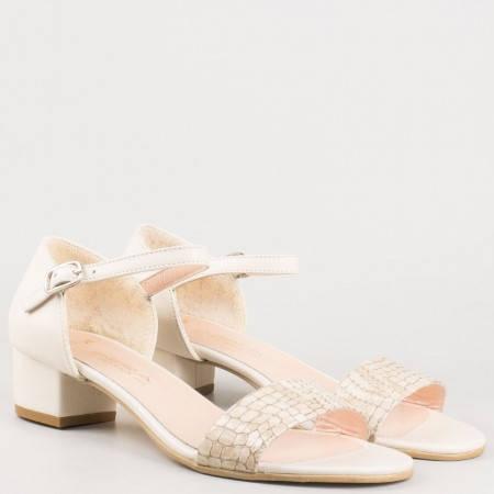Бежови дамски сандали на среден ток с катарама от естествена кожа и лак с кроко мотив 223lbj