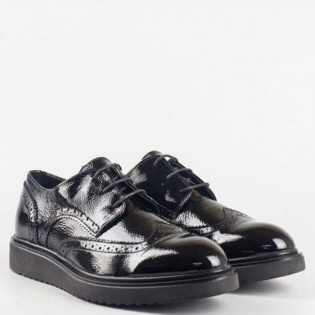 Модерни дамски обувки в черен цвят с връзки  и лазерна декорация от естествен лак 2498lch