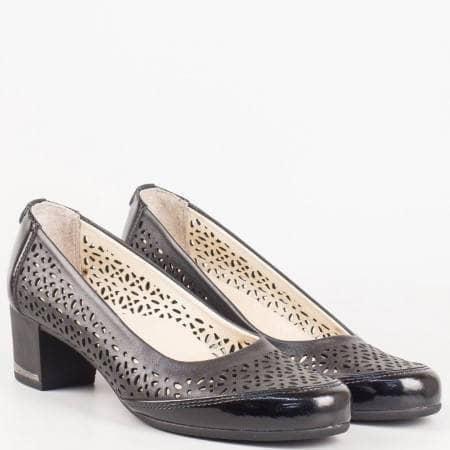 Български дамски обувки на среден ток от естествена перфорирана кожа в черен цвят  260216ch