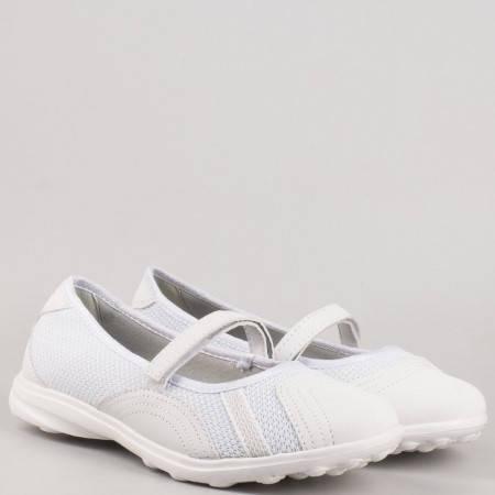 Удобни дамски спортни обувки с лепенка в бяло  30102-40b