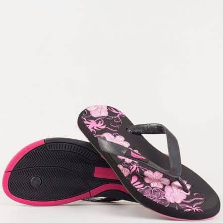 Дамски джапанки с флорални мотиви на комфортно ходило с лента между пръстите в черно и розово 30132ch