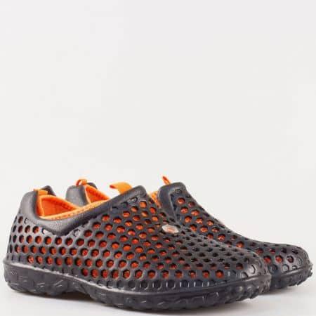 Мъжки летни маратонки с перфорация от висококачествен гумен материал в черно и оранжево 30124ch