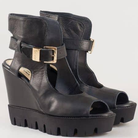 Дамски атрактивни сандали произведени от 100% естествена кожа, включително и меката стелка на клин ходило в черен цвят 310516ch