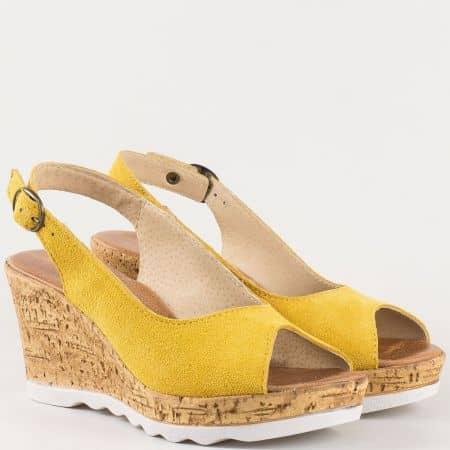 Дамски удобни сандали на платформа с кожена стелка от водещ български производител от естествен велур в жълт цвят  341963vj