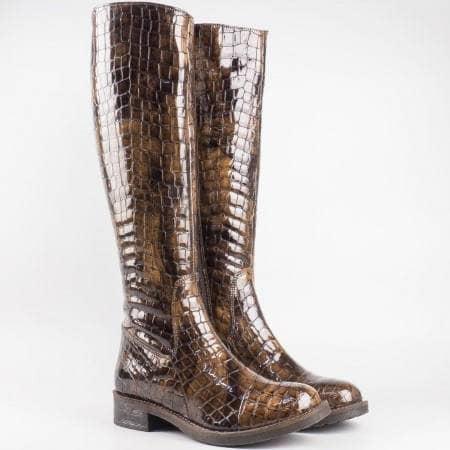 Дамски атрактивни ботуши с кроко принт от висококачествен естествен лак на известен български производител в кафяв цвят 3477klk