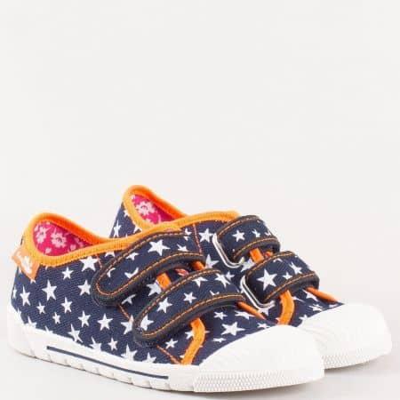 Детски спортни обувки с кожена стелка, две лепки и принт на звезди- MONETA в бяло, оранж и синьо  383111s