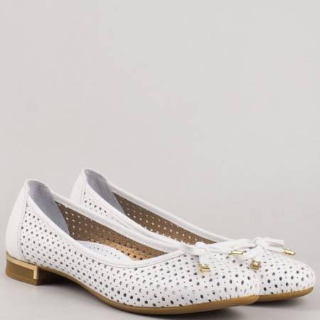 Удобни перфорирани дамски обувки с нежна панделка, изработени от 100% естествена кожа в бял цвят 39257b