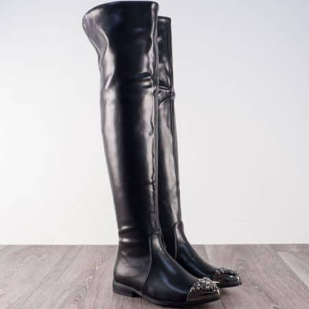 Атрактивни дамски ботуши на нисък ток в черен цвят с метален орнамент 4811ch