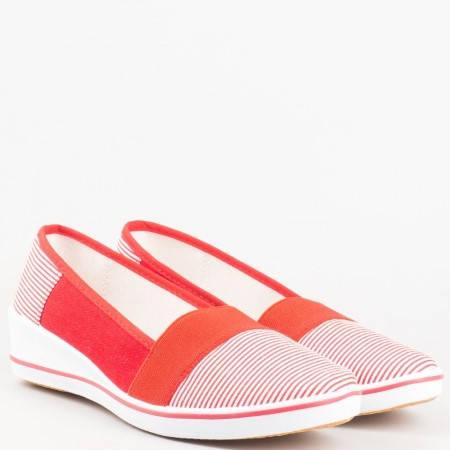 Дамски спортни обувки на клин ходило с ластик в червено и бяло 6007chv
