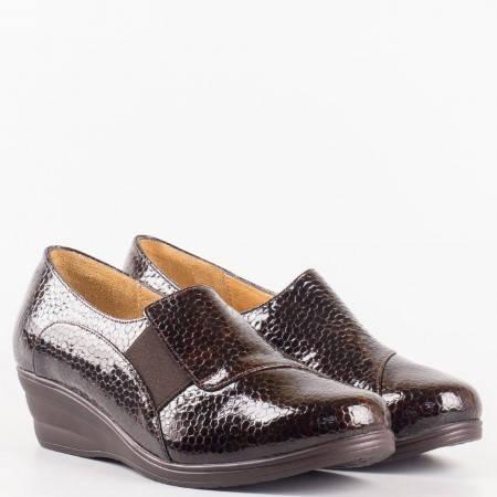 Дамски комфортни обувки изработени от висококачествен естествен лак на клин ходило в кафяв цвят  6122klkk