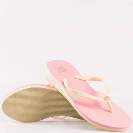 Дамски джапанки с лента между пръстите на удобно ходило в бежово и розово 618rz