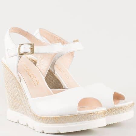 Дамски сандали изработени от изцяло естествена кожа на клин ходило в бял цвят 694112b