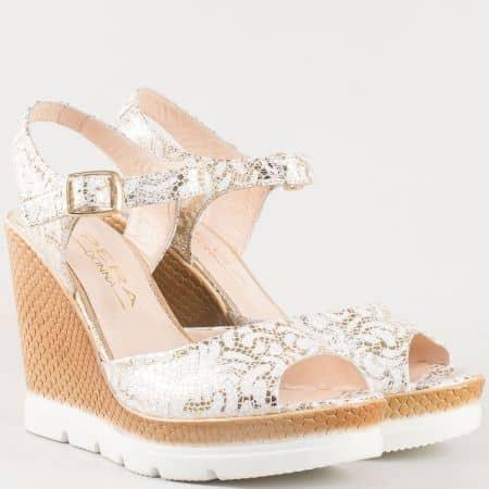 Дамски атрактивни сандали на клин ходило изработени от 100% естествена кожа с каишка в бяло и златисто 694112bzl