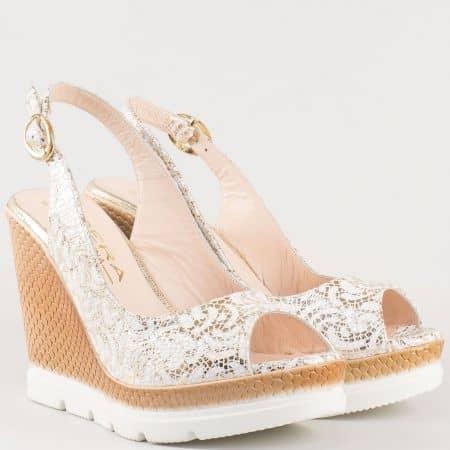 Дамски атрактивни сандали изработени от 100% естествена кожа на удобно клин ходило в златисто и бяло 698113bzl