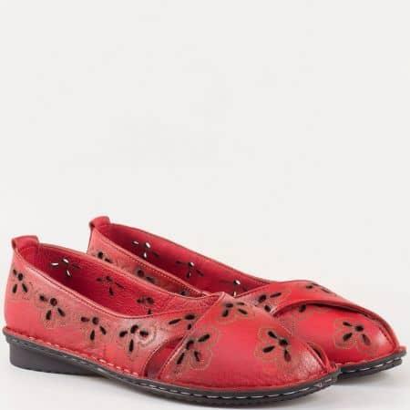 Дамски комфортни обувки, тип балерина, изработени изцяло от естествена кожа с лазерна перфорация в червен цвят 706chv