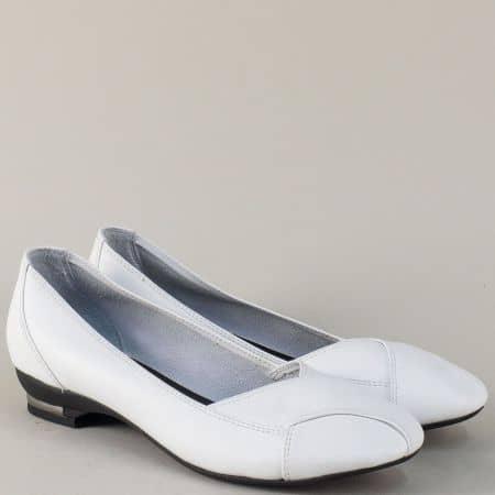Бели дамски обувки на нисък ток с кожена стелка 8003b