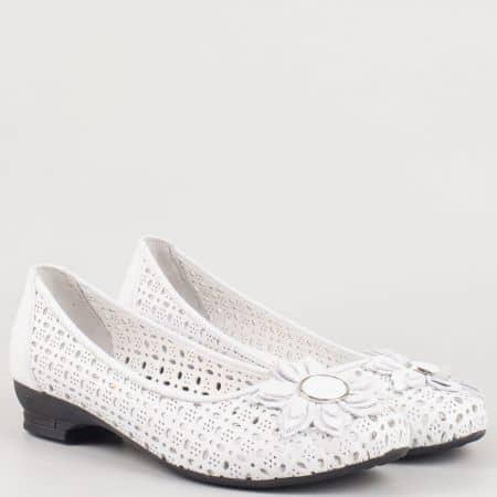 Бели дамски обувки от естествена кожа с перфорация и цвете 83b