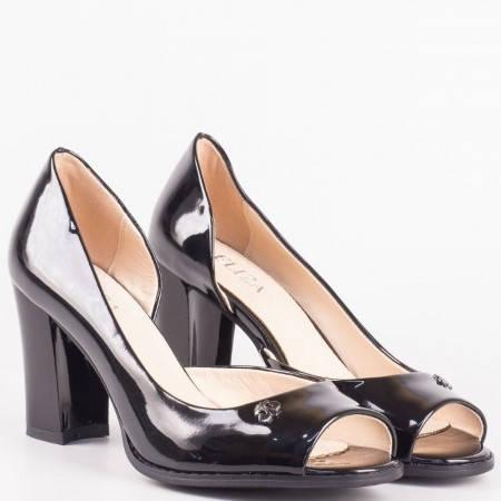 Дамски лачени обувки с отворени пръсти на висок ток в черен цвят 8592lch