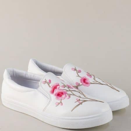 Дамски спортни обувки в бяло с цветен принт на равно ходило 8987brz