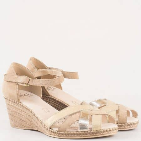 Дамски сандали на удобно клин ходило изработени от висококачествен естествен велур и кожа на немския производител Caprice в бежов цвят 928351bj