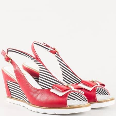 Дамски сандали в червен цвят с панделка на клин ходило от естествена кожа, включително и стеката 935chv