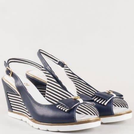 Дамски ежедневни сандали с панделка на клин ходило с райе от естествена кожа в синьо и бяло 935s