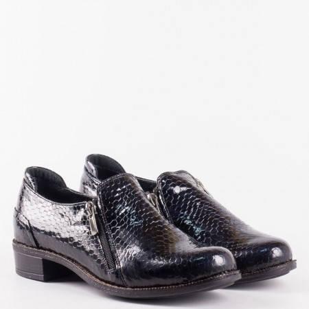 Лачени дамски обувки с кроко принт с два ципа и ортопедична стелка в син цвят 9411krs