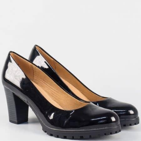 Модерни дамски обувки на висок ток- Caprice от черен естествен лак 9922400lch