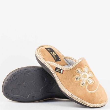 Дамски пантофи на комфортно ходило от висококачествен текстил с закачлива бродерия цвете в бежов цвят  eliabj