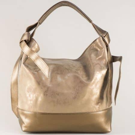 Дамска чанта с ефектна визия и къса дръжка в златист цвят ch1203zl