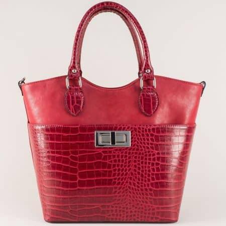 Стилна дамска чанта в червено с модерен кроко принт ch504chv