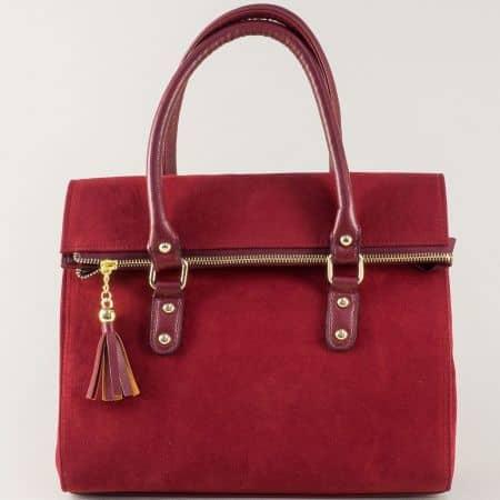 Ефектна дамска чанта в бордо с пискюл ch671bd