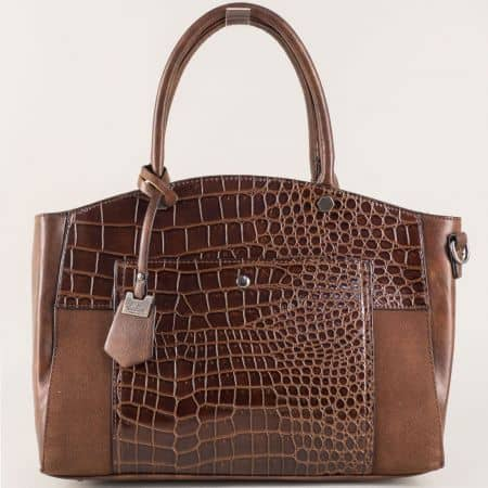 Тъмно кафява дамска чанта с атрактивен принт с две къси и допълнителна дълга дръжка ch70246kk