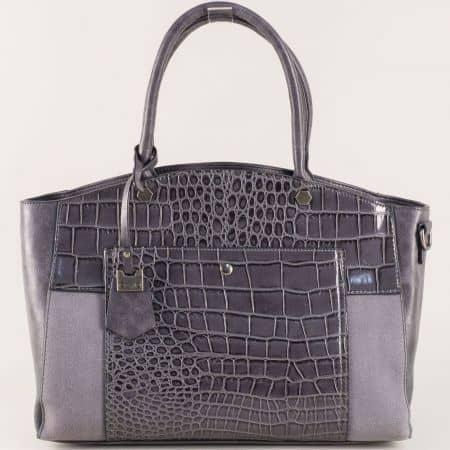 Дамска чанта с актуална визия с една преграда и практични джобчета ch70246sv