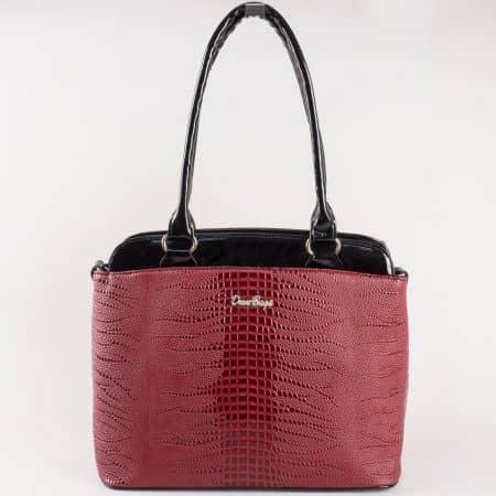 Дамска атрактивна чанта с кокетна визия на български производител в цвят бордо ch885bd
