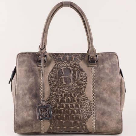 Тъмно кафява дамска чанта с атрактивен принт и висулка в предната част ch90502k